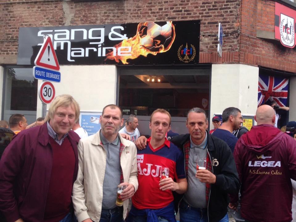 De supporters van Cercle Brugge en RFC Liège zijn al meer dan 25 jaar met elkaar verbroederd. Sinds dit seizoen heeft RFC Luik (stamnummer 4) opnieuw een eigen stadion, nadat hun oude stadion in het seizoen 1994/1995 afgebroken werd. Dat werd gevierd met een onderlinge vriendschappelijke wedstrijd in hun nieuwe stadion in Rocourt. Voor de wedstrijd verzamelden de supporters in Café Sang & Marine. Groundhopper en zin om eens met ons op stap te gaan? Check het voetbalarrangement van B&B Emma!