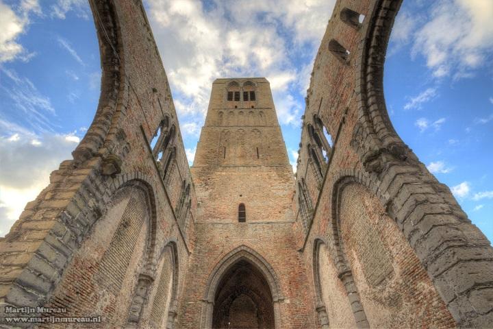 Damme is een middeleeuwse stad gelegen vlakbij Brugge, Knokke en Sluis. Het stadje was ooit door het Zwin verbonden met de Noordzee en dus een belangrijke voorhaven van Brugge.  Vanop de toren van de O.-L.-Vrouwekerk heb je een mooi zicht op het polderlandschap. Wil je de streek verkennen en er overnachten, wees welkom in B&B Emma in Brugge. Onze B&B is ideaal gelegen voor wie Brugge en het Brugse Ommeland wil bezoeken. Er is tevens een 'Fietsen in het Brugse Ommeland' arrangement beschikbaar!
