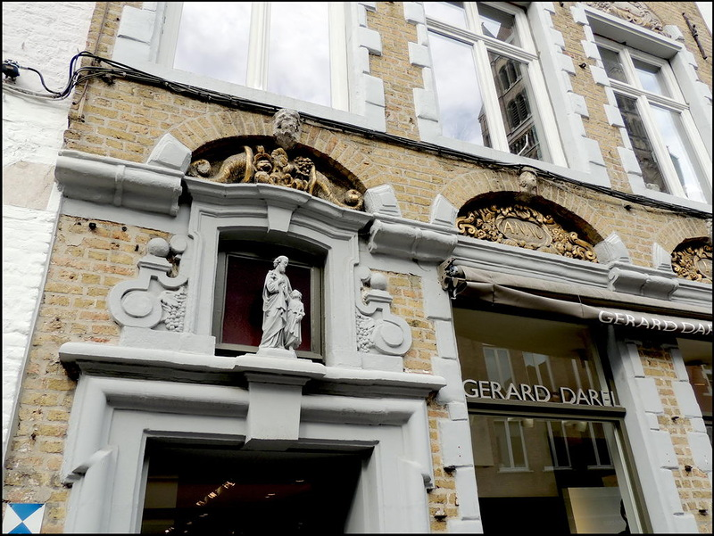 Gerard Darel, the French brand standing for elegance and simple chic for the independent, strong woman of today, has its own boutique in Bruges. The building in which the store is located, is a listed building of great historical and cultural value. It's marked on the facade. The 'Shopping with friends' package of B&B Emma in Bruges kills two birds with one stone. Discover trendy boutiques in a beautiful historic area!