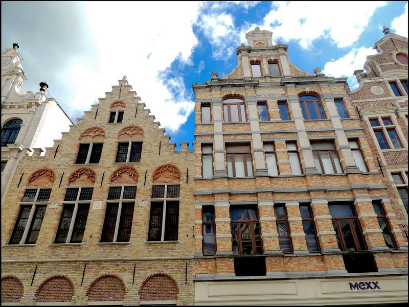 The building in which the Bruges' Mexx store is located, has a 17th century step-gable. Shopping in the Steenstraat in Bruges is time and time again entering monumental buildings with a rich history. You enjoy a wide range of trendy shops in a historical context and relax on one of the many cozy squares and terraces. The personal shopping arrangement of B&B Emma Bruges leads you to the finest boutiques and bistros!