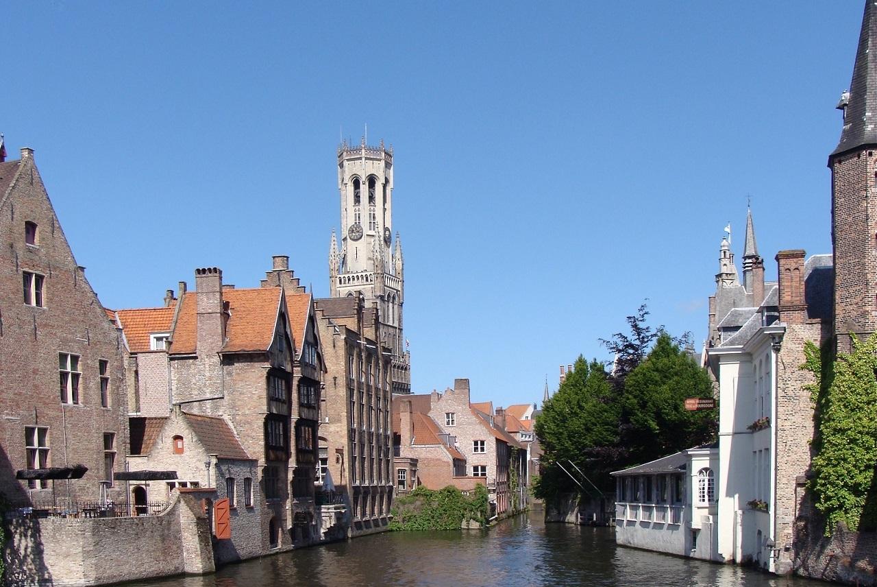 Op de kruising van de Dijver met de Wollestraat en vlakbij de Grote Markt, is de Rozenhoedkaai het meest gefotografeerde plekje van Brugge. Na een paar uurtjes shoppen, is het een leuke plek om te pauzeren. Wil je het shoppen combineren met een overnachting? Doen! Je ploft alle tassen in je kamer en geniet 's avonds van een etentje in een gezellige bistro. Uitgaan kan in een van de vele hippe bars. Check het 'Shopping met vriendinnen' arrangement op www.bb-emma.be, bel je vriendinnen en ga eens lekker los!