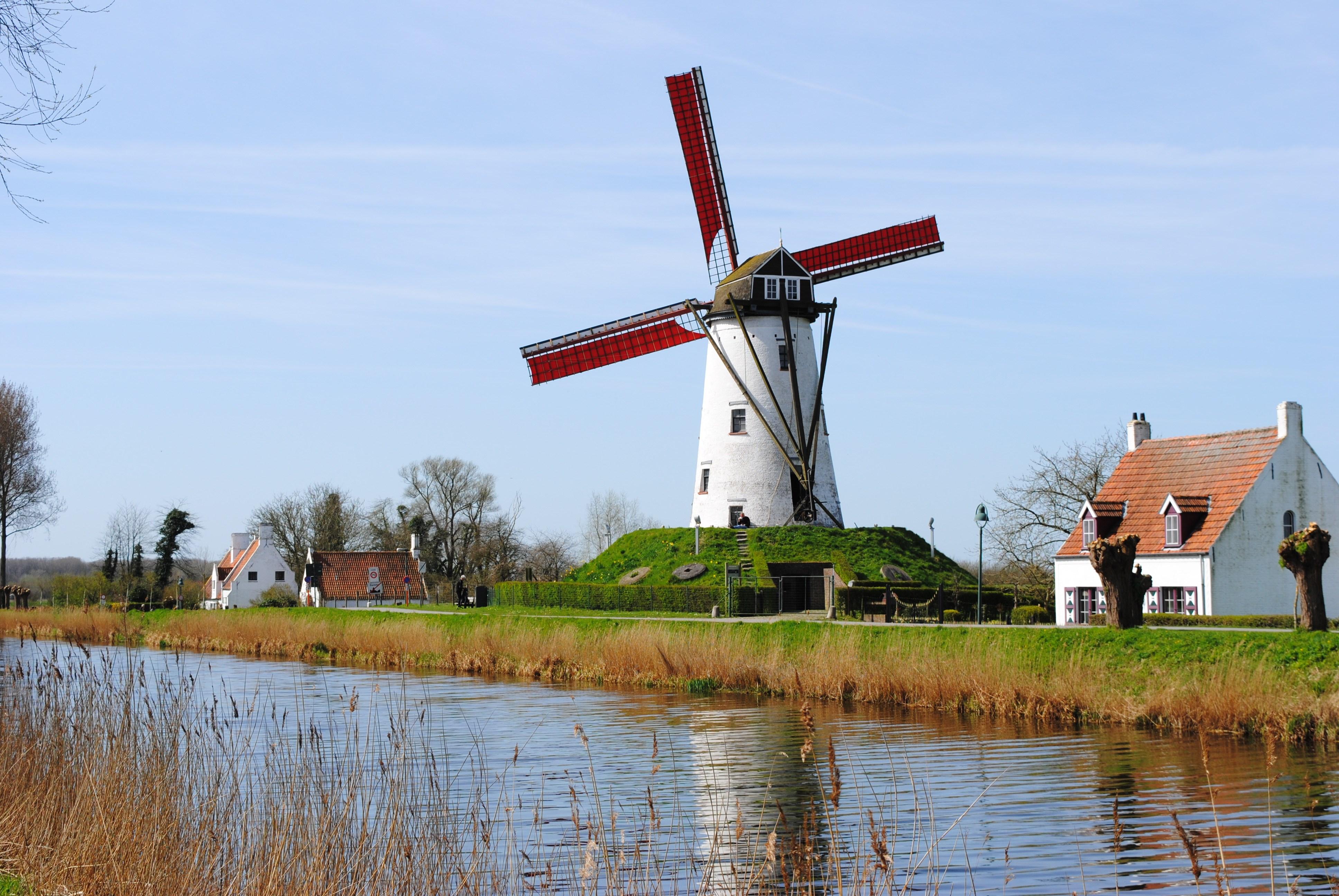 De Schellemolen langs de Damse Vaart in Damme is één van de meest gefotografeerde molens ter wereld. Op dezelfde plaats stond vroeger een houten molen, de Scellemeulen. Vandaag is de molen, gebouwd in 1867, eigendom van de Provincie West-Vlaanderen en beschermd als monument. De molen is open voor het publiek en ligt langs een mooie fietsroute tussen Brugge en de Belgische Oostkust. Zin om deze mooie regio te verkennen? Op www.bbe-emma.be  vind je een uitgewerkt fietsarrangement!