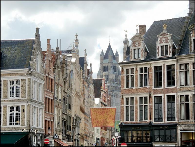 De naam Steenstraat verwijst vermoedelijk naar één van de eerste Brugse straten die verhard werd en van straatstenen voorzien. Vandaag is het een belangrijke winkelstraat. De grote ketens en merken als Zara, Tommy Hilfiger, Massimo Dutti, River Woods, Desigual, New Look, Hema, H&M zijn hier vertegenwoordigd. Je vindt ook heel wat leuke en lekkere winkeltjes en tea-rooms op en rond het aanpalende Jan Van Eyckplein. Ontdek shoppingstad Brugge met het 'Shoppen met vriendinnen' arrangement van B&B Emma Brugge!