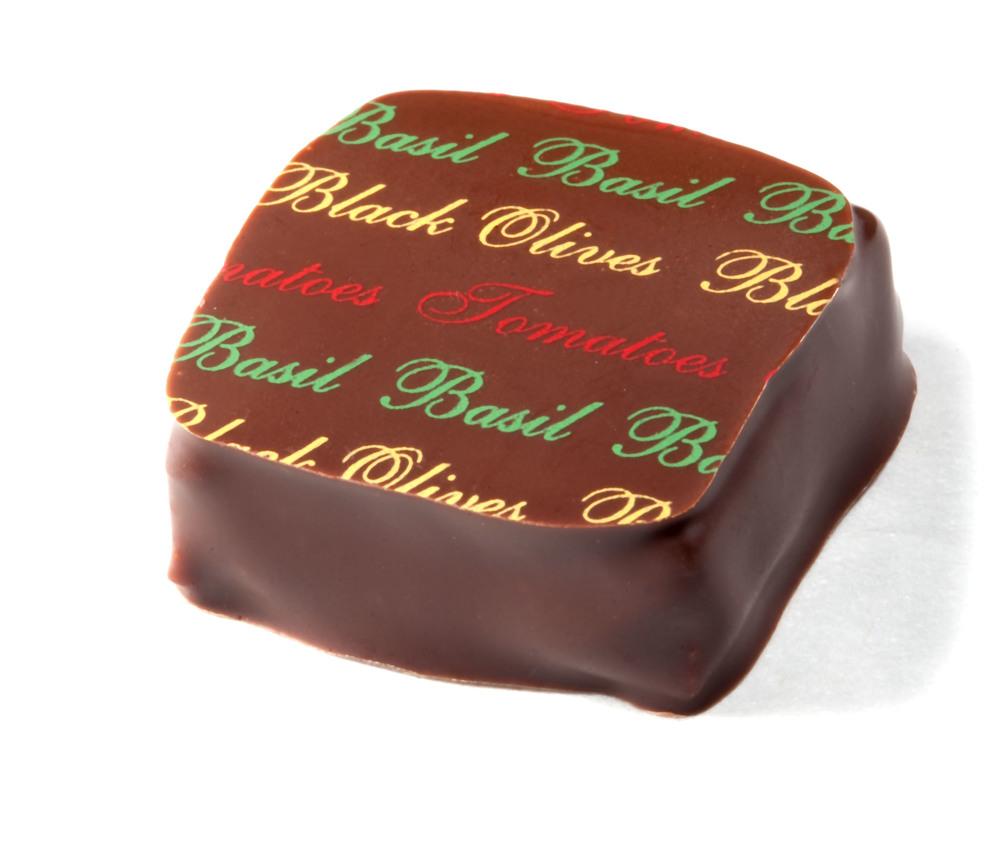 Wie kan er niet aan weerstaan, aan de geur en smaak van ambachtelijk gemaakte chocolade? Onmogelijk om één van de vele artisanale chocoladewinkeltjes buiten te wandelen zonder een zakje lekkers. Een absolute aanrader is The Chocolate Line van Dominique Persoone op het Jan Van Eyckplein! Je vindt er pralines met de meest waanzinnige smaken, van wasabi over cola tot saffraan en zachte curry.