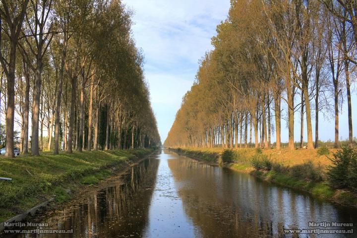 Het Schipdonkkanaal loopt parallel met het Leopoldkanaal. In de volksmond worden deze kanalen  de Stinker en de Blinker genoemd. Ze vormen het decor van een prachtige fietsroute van de kust tot Damme en via de Damse Vaart verder naar werelderfgoedstad Brugge. Overnachten kan je in B&B Emma. Onze bed & breakfast is ideaal gelegen binnen de muren van Brugge en sluit vlot aan op de fietsroutes van het Brugse Ommeland. Ontdek ons 'Fietsen in het Brugse Ommeland' arrangement!